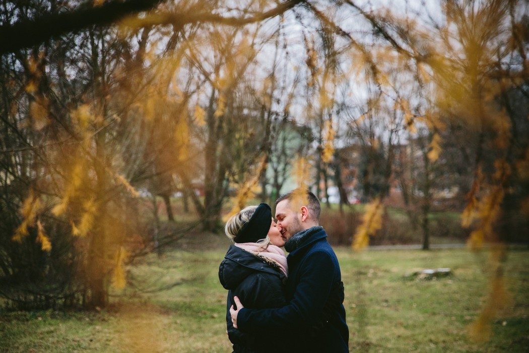Líbající se pár v parku