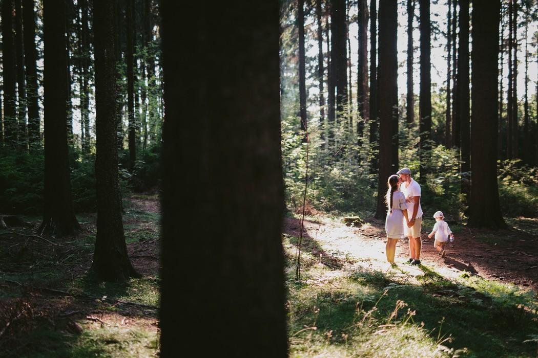 líbající se pár v lese