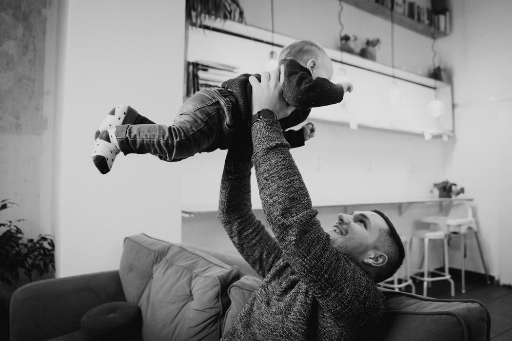 Táto dvíhá svého synka v náručí