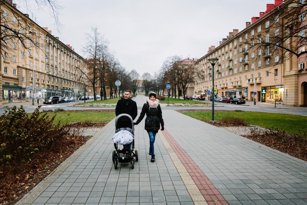 Rodinka na procházce s kočárkem Ostravou