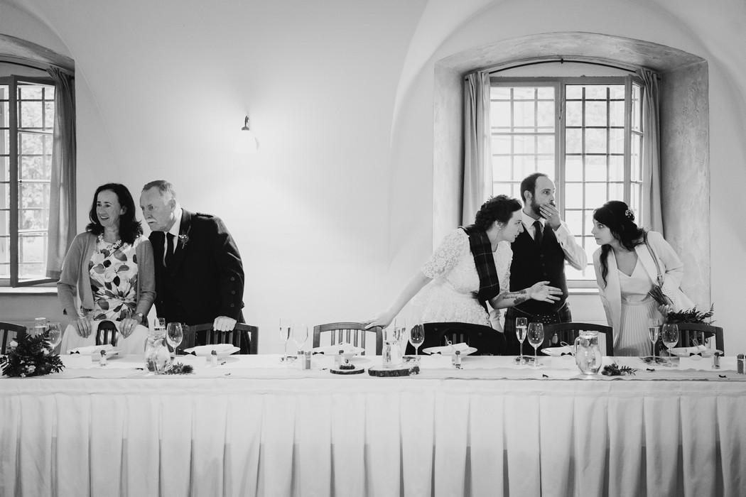 svatební hosté se usazují k hostině