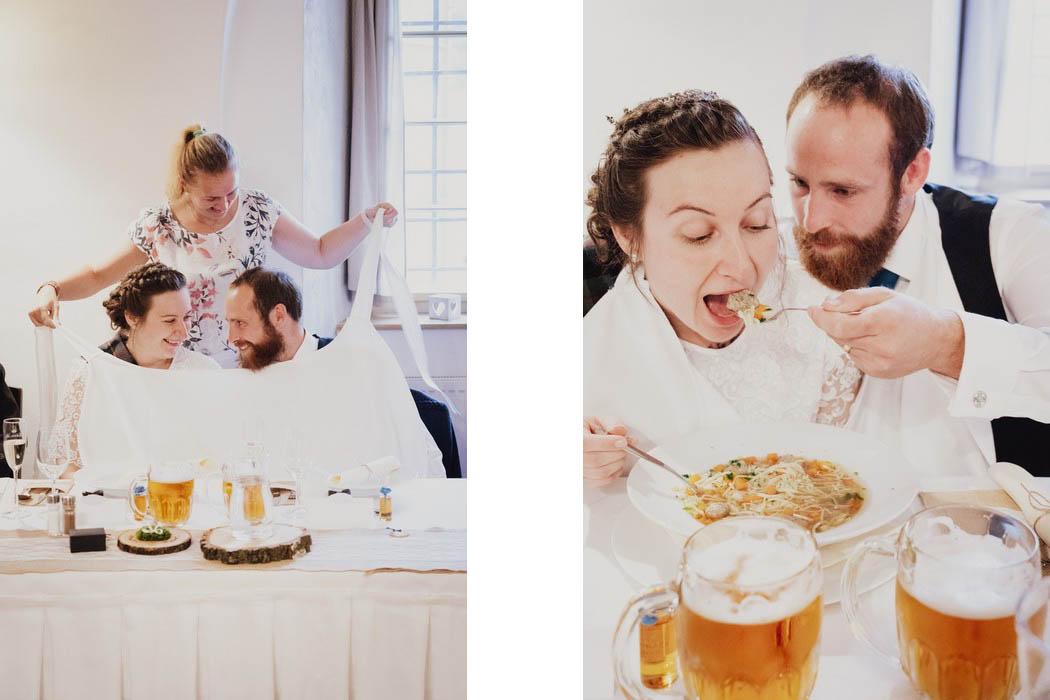 ženich krmí nevěstu