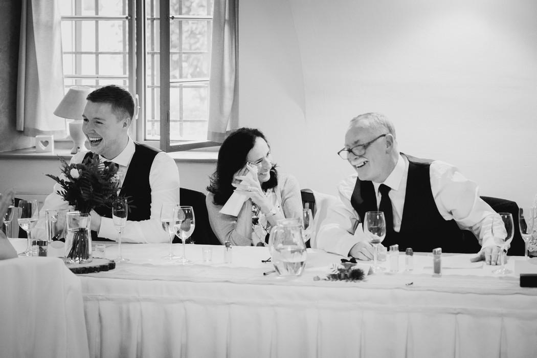 svatební hosté se smějí