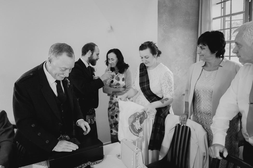 svatební hosté se baví