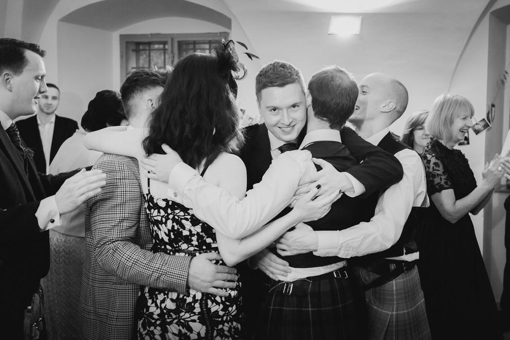 svatební hosté tancují