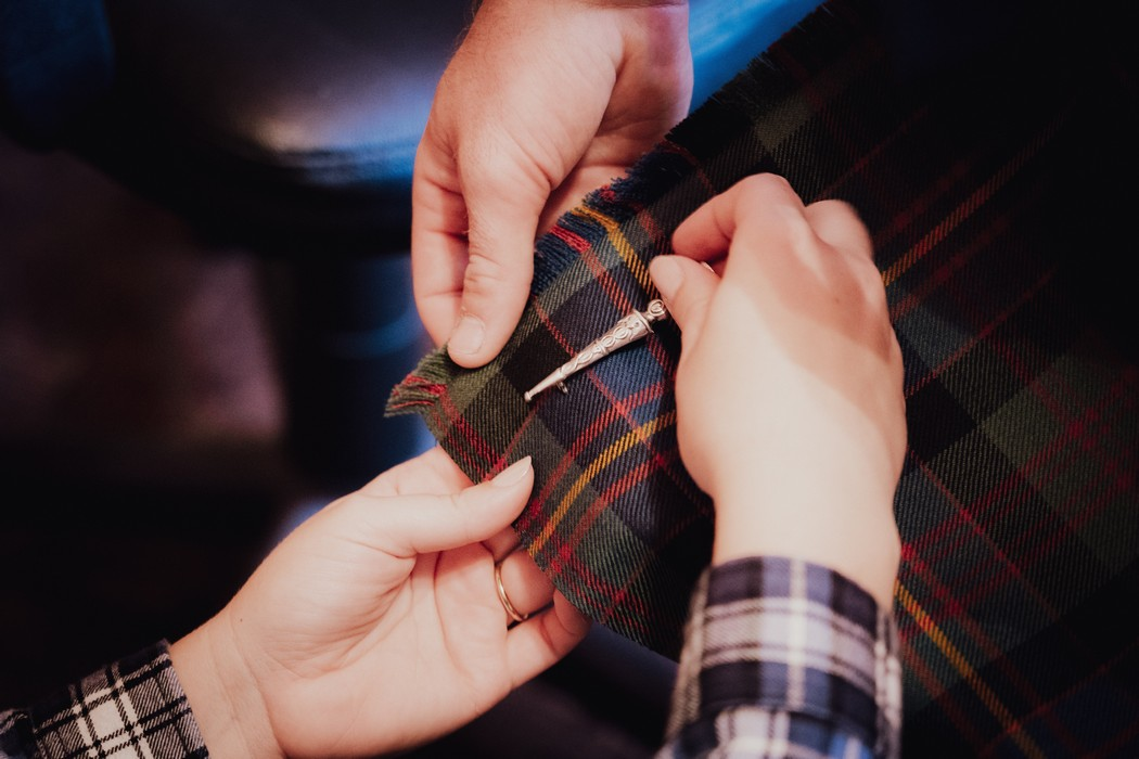 detail na ruce upevnující brož
