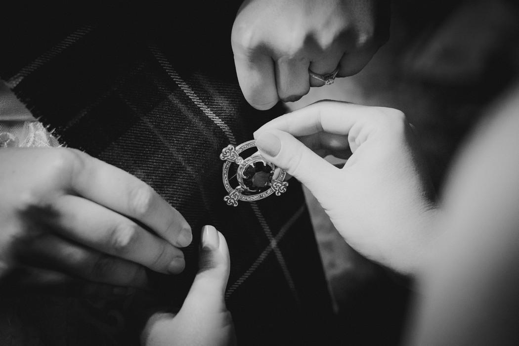 detail na ruce pripinajici broz