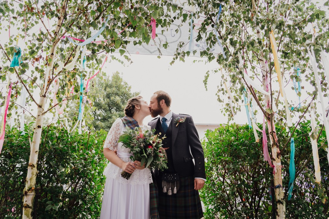 ženich líbá nevěstu