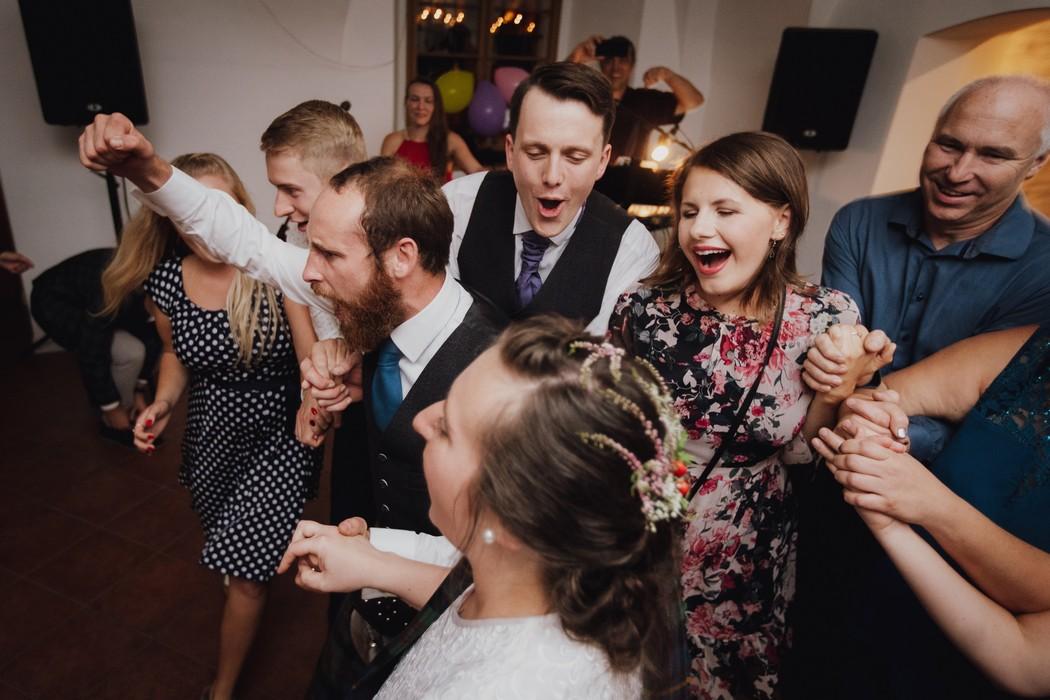 tancující svatební hosté