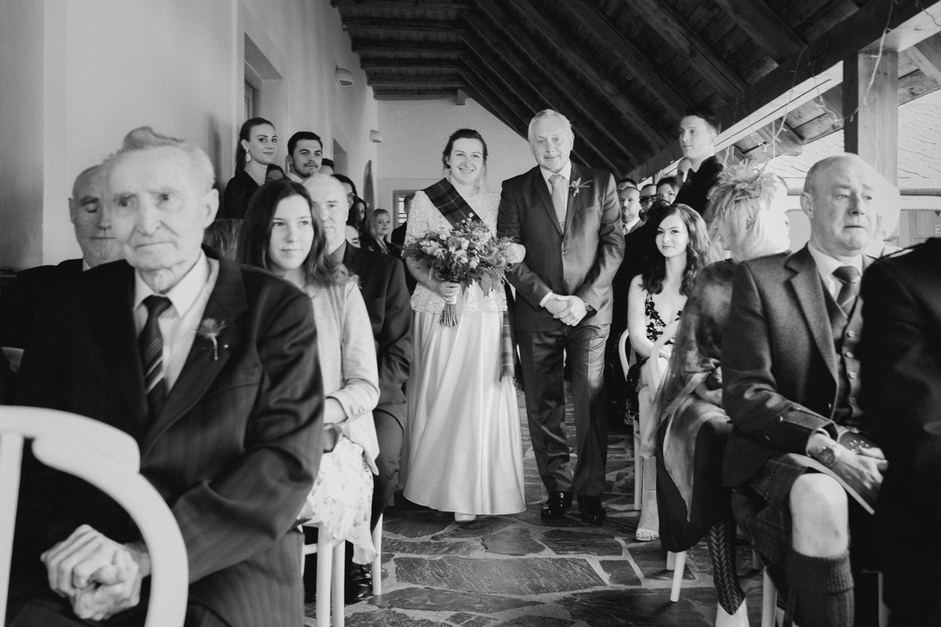 otec přivádí nevěstu k oltáři