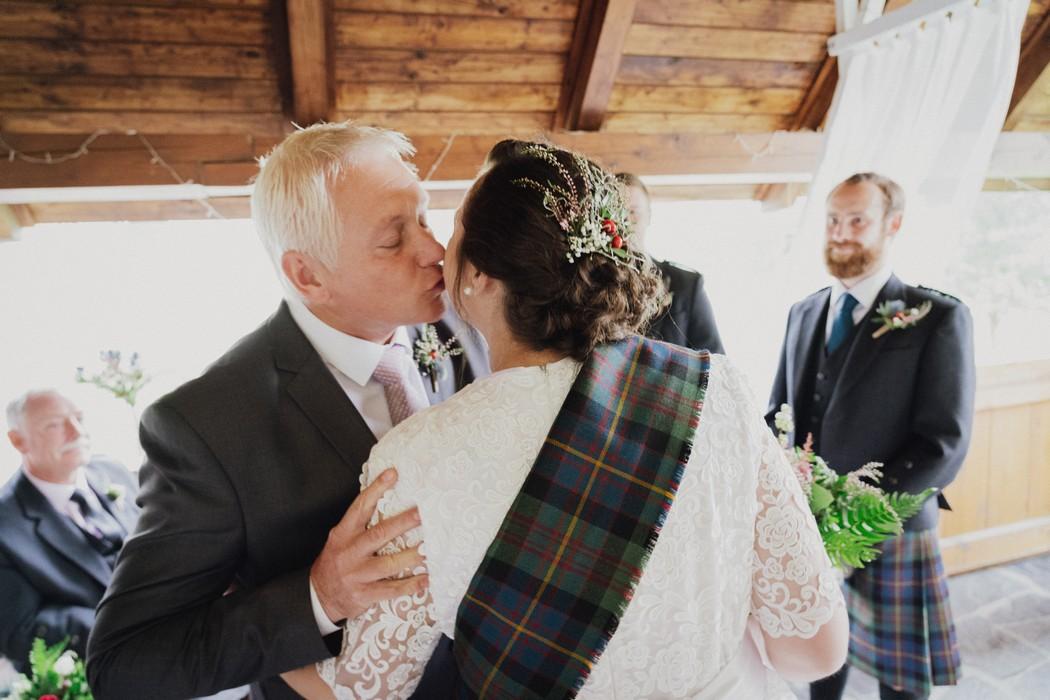 otec se loučí s nevěstou