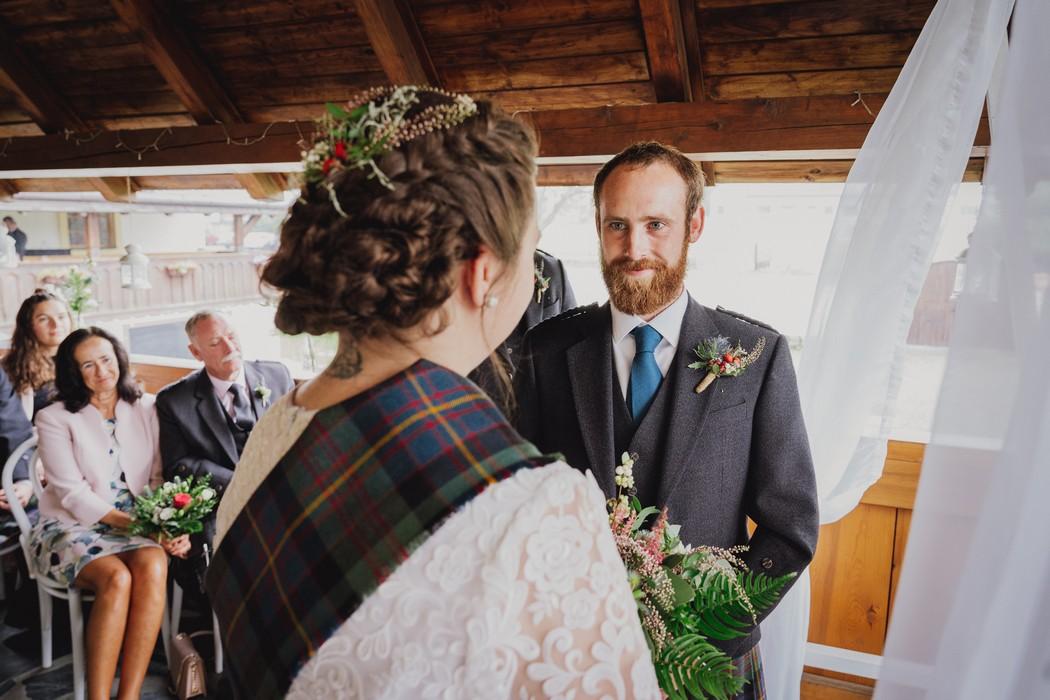 ženich se dívá na nevěstu