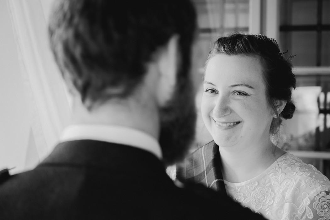 nevěsta se dívá na ženicha