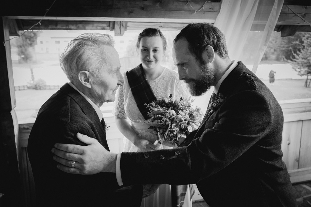 děda gratuluje ženichovi