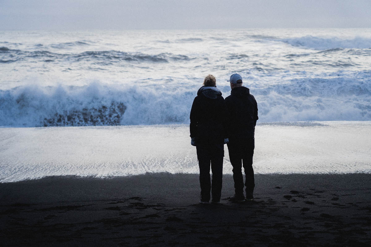 pár dívajíci se na oceán island